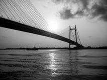 Die Brücke, die zwei Städte verbindet stockfotografie