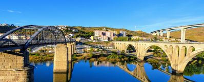 Die 3 Brücken von Regua Duero-Fluss kreuzend: die Fußgängerbrücke, die Straßenbrücke zwischen Lamego und Vila Real und Miguel To stockfoto