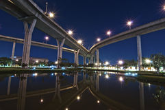 Die Brückenreflexion unter Dämmerung, Bangkok Lizenzfreies Stockfoto