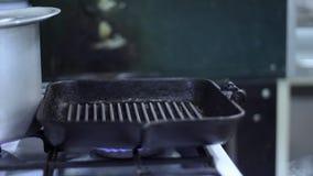 Die Bratpfanne auf dem Ofen oben erhitzen stock video footage