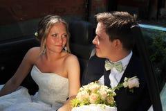Die Braut betrachtet liebevoll dem Bräutigam. Stockfotografie
