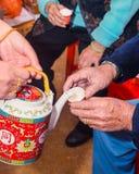 Die Braut, die den Tee für die Ältesten dient Stockfoto