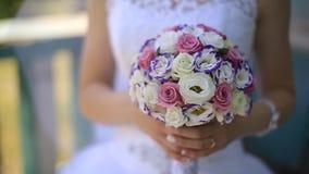 Die Braut, die einen Blumenstrauß hält stock video