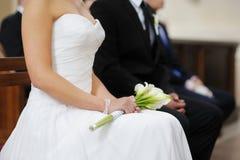 Die Braut, die weiße Hochzeit anhält, blüht Blumenstrauß Stockbild