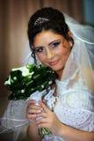 Die Braut in einem weißen Kleid lizenzfreies stockbild