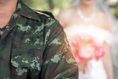 Die Braut, die einen Blumenstrauß von Rosen holdning ist stockfoto