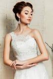 Die Braut in ihrem Hochzeitskleid Stockbilder