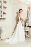 Die Braut in ihrem Hochzeitskleid Stockfotografie