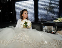 Die Braut im Auto. Lizenzfreies Stockfoto