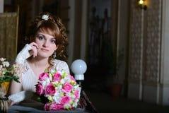 Die Braut mit einem Blumenstrauß im Kaffee Stockfotos