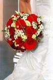 Die Braut mit einem Hochzeitsblumenstrauß Lizenzfreie Stockfotografie