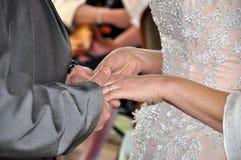 Die Braut mit einer Blume Stockbild