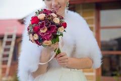 Die Braut mit stilvollem Blumenstrauß Stockfoto