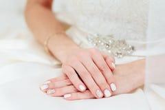 Die Braut ` s Hand mit einer Maniküre lizenzfreies stockfoto