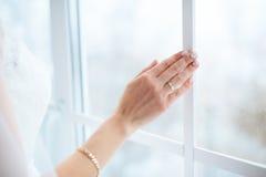 Die Braut ` s Hand mit einer Maniküre stockbilder