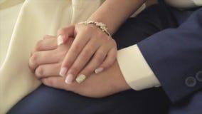 Die Braut ` s Hand streicht einen Hochzeitsblumenstrauß stock video footage