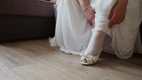 Die Braut senkt das Kleid auf dem Schuh stock video footage