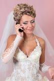 Die Braut spricht durch Telefon stockfotografie