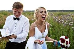 Die Braut- und Bräutigamfarbe auf einem Gestellgefühl lizenzfreie stockfotos