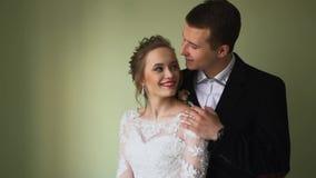 Die Braut und die Bräutigamumarmung und -kuß stock video
