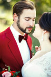 Die Braut- und Bräutigamnahaufnahme, vor dem Kuss, im Freien, Weichheit, Leidenschaft Hochzeitsart Marsala, vertikales Porträt Lizenzfreie Stockfotografie