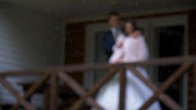 Die Braut und der Bräutigam, die auf dem Portal des Hauses stehen stock video