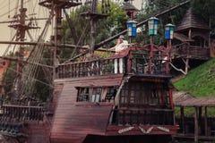 Die Braut und der Bräutigam auf einem hölzernen Schiff Stockbilder