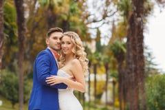 Die Braut und der Bräutigam - die Fotografie im Park Lizenzfreies Stockfoto