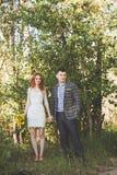 Die Braut und der Bräutigam, die im Wald aufwerfen Stockbild