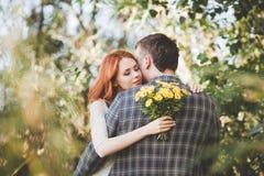 Die Braut und der Bräutigam, die im Wald sich umarmen Stockbild