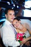 Die Braut und der Bräutigam in einer Hochzeitslimousine Stockfoto