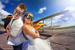 Die Braut und der Bräutigam auf ihren Flitterwochen Lizenzfreie Stockbilder