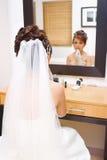 Die Braut zum zuzutreffen bilden im Schlafzimmer Lizenzfreies Stockfoto