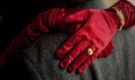 Die Brautumarmung die Hände des Bräutigams Lizenzfreies Stockfoto