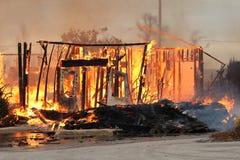 Die brennenden Überreste eines Haus-Feuers Lizenzfreies Stockfoto