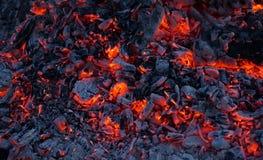 Die brennenden Kohlen eines Feuers Stockfotografie