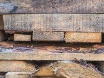 Die Bretter gestapelt auf einander Bretter der Kiefer Verschalt die Zutat liegt Bretter, Stapel der Kiefer auf Gebäude Stockbild