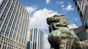 Die Bronzelöweskulptur in der Finanzstraße stock video