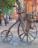 Die Bronzeskulptur des Erfinders Artamonov des Fahrrades Stockbilder