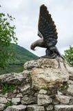 Die Bronzeskulptur eines Adlers, der eine Schlange auf einem Mashuk MO kämpft Lizenzfreie Stockfotografie