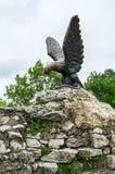 Die Bronzeskulptur eines Adlers, der eine Schlange auf einem Mashuk MO kämpft Lizenzfreie Stockfotos