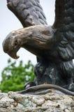Die Bronzeskulptur eines Adlers, der eine Schlange auf einem Mashuk MO kämpft Stockfotos