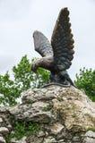 Die Bronzeskulptur eines Adlers, der eine Schlange auf einem Mashuk MO kämpft Stockbild