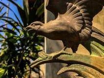 Die Bronzestatuette eines fliegenden Adlers stockbild