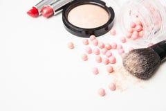Die bronzierenden Perlen, der Lippenstift und die Make-upbürste Lizenzfreies Stockfoto