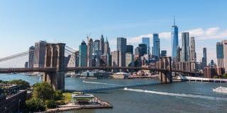 Die Brooklyn-Brücke und das im Stadtzentrum gelegene Manhattan lizenzfreies stockfoto