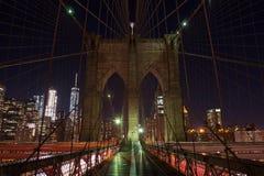 Die Brooklyn-Brücke von einer netten Perspektive bis zum Nacht Stockbilder