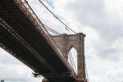 Die Brooklyn-Brücke von unterhalb Stockfotografie