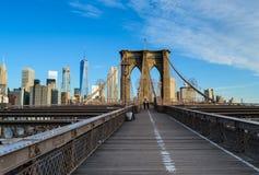 Die Brooklyn-Brücke vor den Skylinen von New York City Lizenzfreie Stockfotos