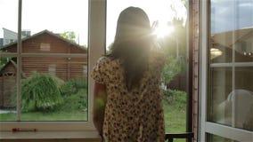Die Brunettefrau wacht auf und genießt Sonnenaufgang am offenen Fenster stock video footage